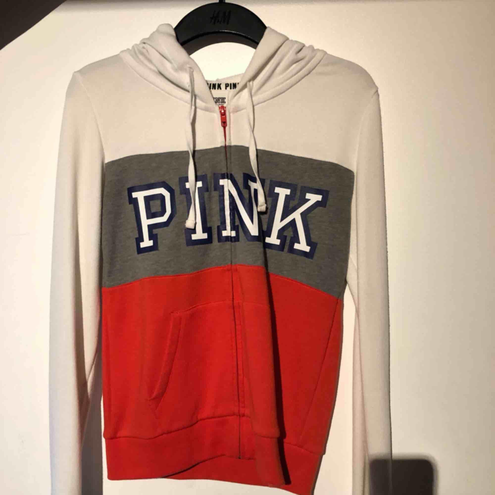 Zipper med luva från Victorias secrets märke PINK. Typ aldrig använd pga för liten. Men hur snygg? . Huvtröjor & Träningströjor.