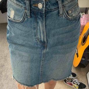 Snygg jeanskjol från H&M. Säljer den pga den är fel storlek för mig och har ingen användning för den.