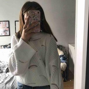 Stickad tröja från Gina strlk XL men passar mig som är xs dock lite stor på mig så skulle säga att den är one size 🥰 passar bäst s-xl men oversized på xs, helt oanvänd ✌🏼 köpt för 250kr säljer för 150kr