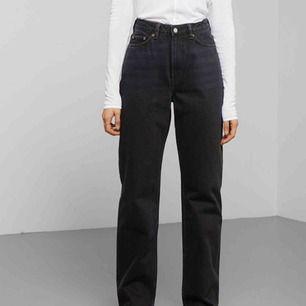 Svarta jeans från weekday i modellen row.  Möts upp och fraktar!