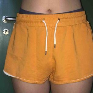 Ett par gula shorts i storlek S men vida så skulle även passa en storlek M.