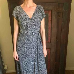 Blommig omlott klänning från H&M, aldrig använd