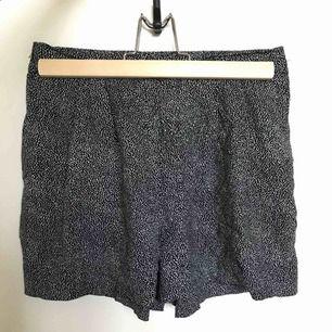 Sköna fladdriga, luftiga shorts i 100% viskos  Svarta med vita spridda små prickar. Diskreta fickor i sidorna. Jättefina! Tyvärr för små för mig. Frakt 39kr.