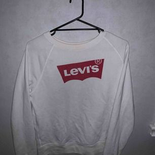 Säljer denna tröja då den aldrig kommit till användning, använd max 5 gånger. Köpte den för 800kr och min tanke va 150kr men priset går att ändra så kom gärna med förslag!! Köparen står dock för frakten och denna tröja är inte fejk! 💞