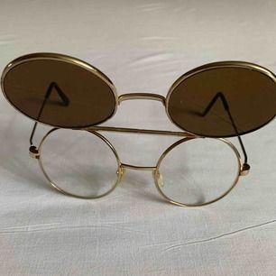 •Coola 70-talsglasögon •Dubbla linser •Transparenta och Bruna linser •Guldiga ramar av metall med tryckta detaljer på