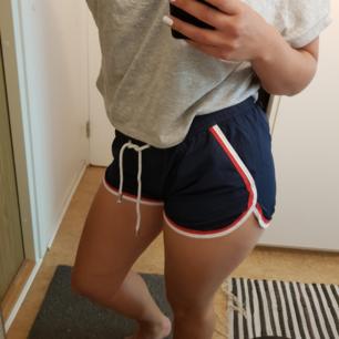 Mörkblå shorts med vita och röda detaljer. Använda fåtal gånger så därför i fint skick. Har fickor.  Kan mötas upp i Gbg, annars betalar köparen frakten ✨