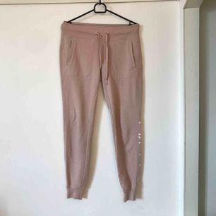 Mitt plagg är ett par rosa mjukisbyxor från Calvin Klein preformance, dom är köpta förra året och har använts cirka 5 gånger och uppskattats mycket av mig/ finns även i svart och en matchande rosa tröja.
