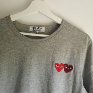 Säljer en Comme des garçons T-shirt som är ny och oanvänd. Fick i present för ett tag sedan därav har jag inget kvitto. Köpt på farfetch. 🌼 Står L i den men de är kända för att vara lite mindre i sina storlekar så passar m (som jag har I t-shirts) och mindre storlekar bättre beroende på hur du vill att den ska sitta! ❤️ SKRIV INTE OM DU INTE TÄNKER KÖPA