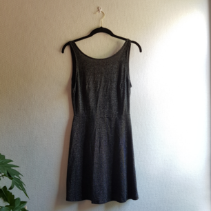 Svart och glittrig klänning från H&M. Oanvänd. Djup urringning i ryggen.  Kan mötas upp i Gbg, annars står köparen för frakten ✨