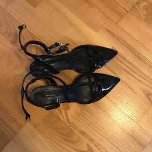 Glansiga svarta skor med låg klack från Zara. Säljes då jag sällan bär klackar. Använda 1 gång!