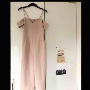 Superfin ljusrosa jumpsuit från River Island.  Endast använd 1 gång och inköpt för 699kr.  Passar perfekt till fest, bröllop osv. Benen är i kort och vid culotte-modell.