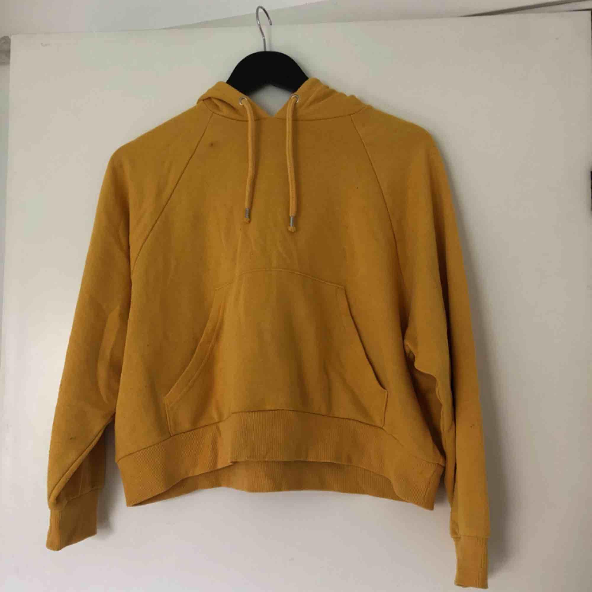 Croppad hoodie, over sized modell. (Bilden är mer trogen i bild två) . Huvtröjor & Träningströjor.