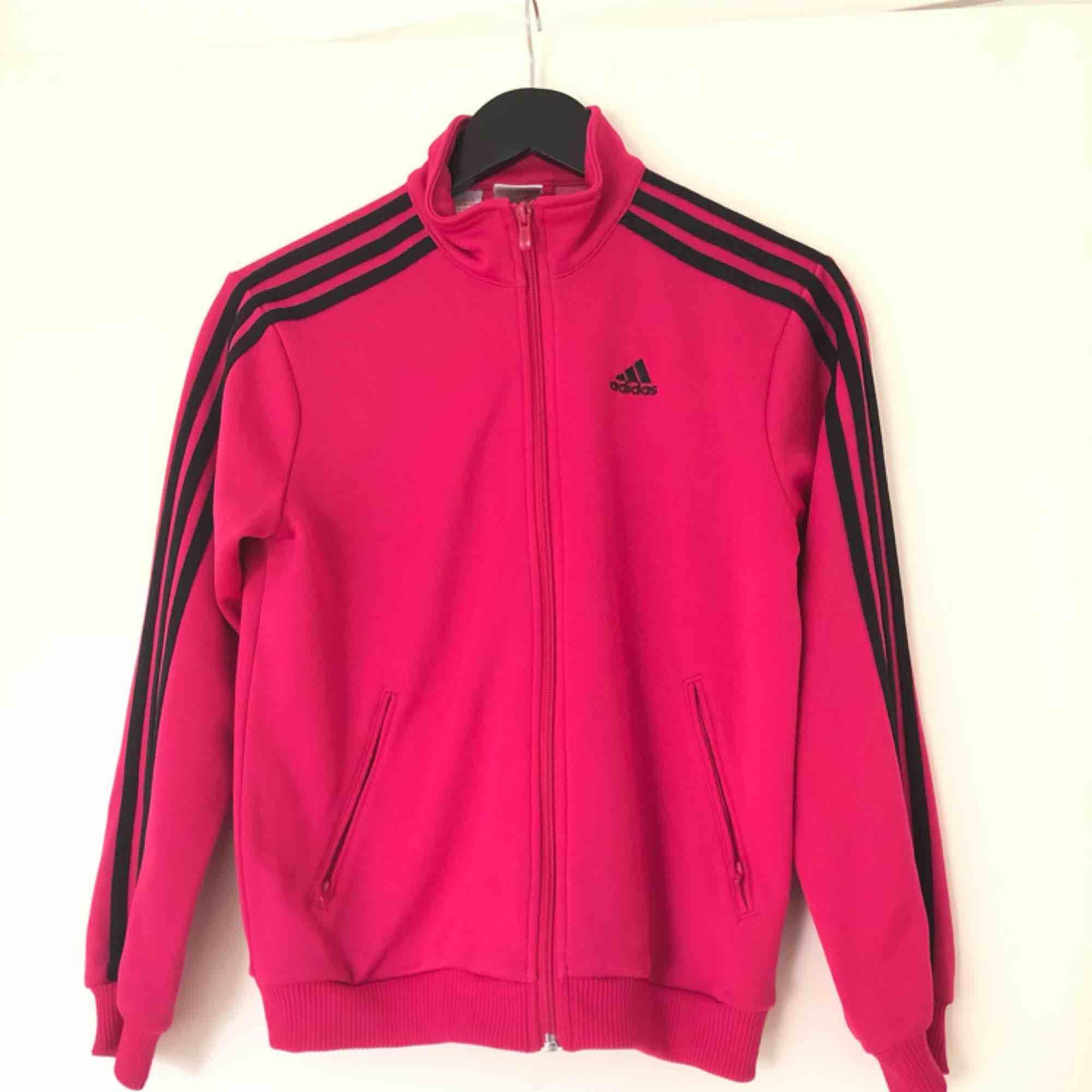 Adidas zip hoodie, väldigt bra skick!. Huvtröjor & Träningströjor.