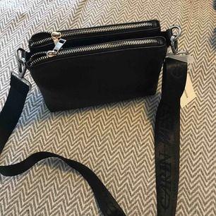 Väska med ny axelrem. Nypris för väskan var 300 och bandet 99.