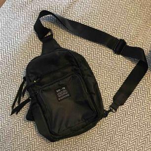 Bumbag/ryggsäck/väska från UO. Använd 1 gång så perfekt skick. Rymlig trots liten tack vare många fack!