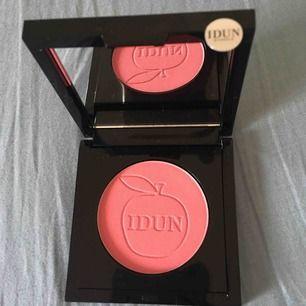 En oanvänd vacker rouge/ blush från IDUN Minerals som ger en frisk lyster och piggar upp ansiktet. Säljs billigt. Finns 3x   Passa på!