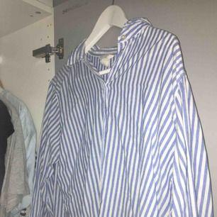 Jätteskön luftig skjorta som är skitsnygg till en par jeans eller bara över en bikini på stranden💕 bra skick och sitter lite oversized.