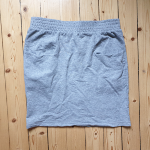 Ljusgrå skön kjol ifrån Monki med fickor.  🌻 Köparen står för frakten!