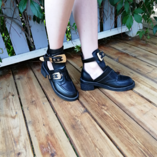 Jätte coola boots. Perfekt för sommaren och festivalen. Svarta med guld detaljer. Liknar Balenciagas chunky boots.