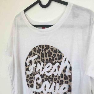 T-shirt med tryck. Betalning kan ske via Swish!