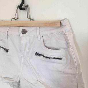 Korta vita short i skinnimitation med stretch. Betalning kan ske via Swish!