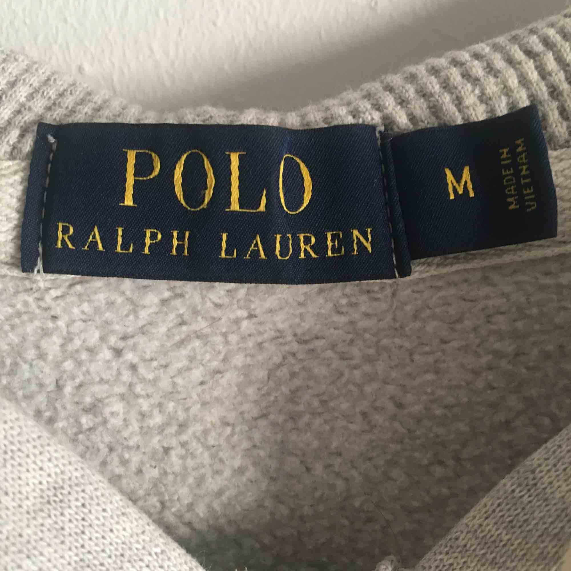 Klassik Ralph Lauren tröja som är i normal begagnat skick, säljer pågrund av att jag ej använder den längre! Tröjan är M men passar mer som S. Tröjor & Koftor.