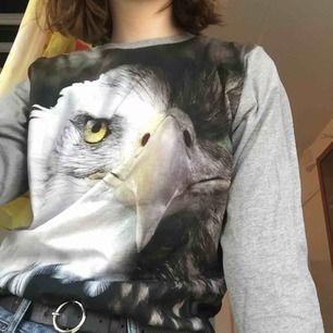En långärmad grå tröja med örn-tryck!  Har aldrig använts och i bra skick, köparen står för frakt🥰🥰