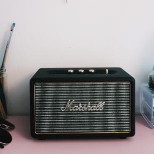 Marshall Kilburn bluetooth-högtalare, inköpt förra året. Fungerar utmärkt och är i princip i nyskick.  Inköpspris 1490, säljer för 1000! Orderkvitto finns. Skickas ej utan hämtas upp i Stockholm. 🌞🌻