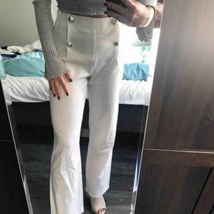 Högmidjade snygga vita byxor med guldknappar. Nypris 399kr endast använda 1 gång! Köparen står för frakt