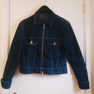 70-talsblå jeansjacka i kortare modell från Cheap Monday, stl. 36/S. Sitter perfekt på mig som är en 34/36! Köpt second hand och är väl använd, men i gott skick. ☀️