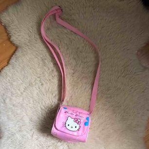 sååå söt liten hello kitty väska!!