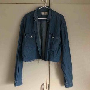 skiiitsnygg avklippt jeansskjorta från humana (i think)! kommer tyvärr inte till användning. sitter lite oversized (snyggt) på mig som e XS/S