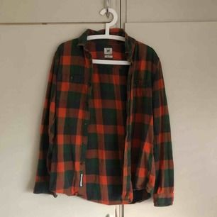 såå snygg orange/mörk grön flanellskjorta från lee (köpt här på plick dock) sitter liiite oversized på mig som e XS/S!