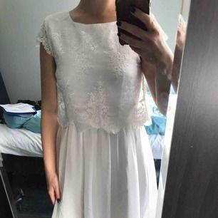 Fin vit klänning från Nelly med spets. Köparen står för frakt.