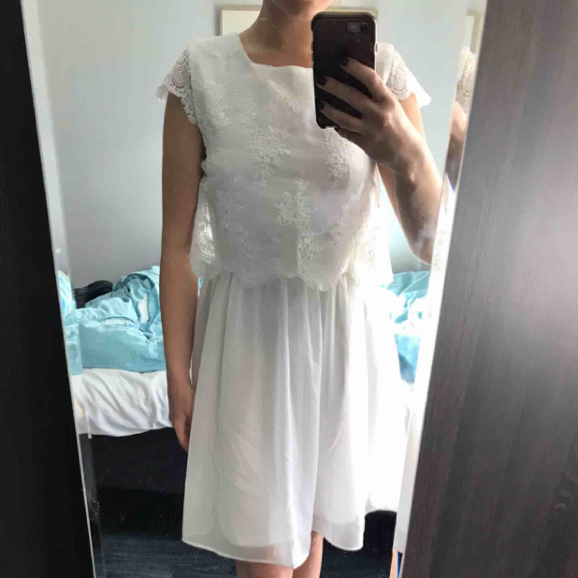 Fin vit klänning från Nelly med spets. Köparen står för frakt. . Klänningar.