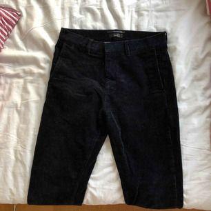 Mörkblåa manchesterbyxor från Filippa K, tror att de är herrbyxor men jag är storlek S och om jag har skärp sitter de jättefint! Nypris 1500