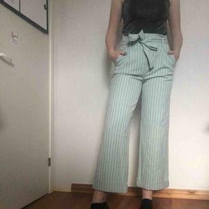 Jättefin utsvängda byxor från vila. Aldrig använda och frakten ingår!:)