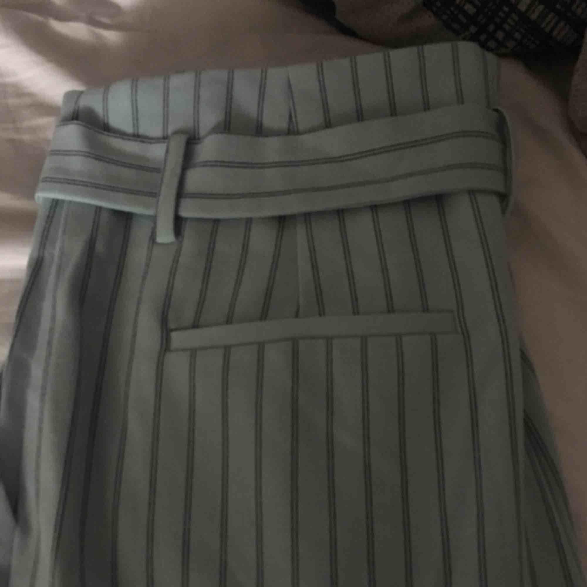 Jättefin utsvängda byxor från vila. Aldrig använda och frakten ingår!:). Jeans & Byxor.