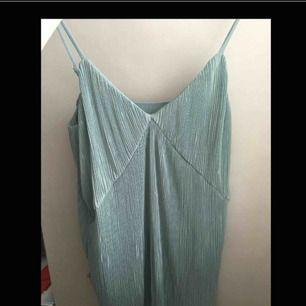Superfint linne till sommaren, tyvärr är det lite för litet så jag har aldrig använt det. Frakten ingår i priset!