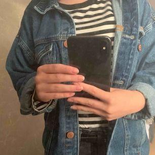 jättefin jeansjacka från monki!!  Köparen står för fraktkostnaden 🦋