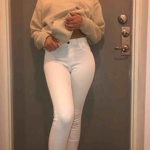 Vita snygga jeans i modellen Molly från Ginatricot, använda ett fåtal gånger kan mötas upp i Stockholm annars står köpare för frakt:)
