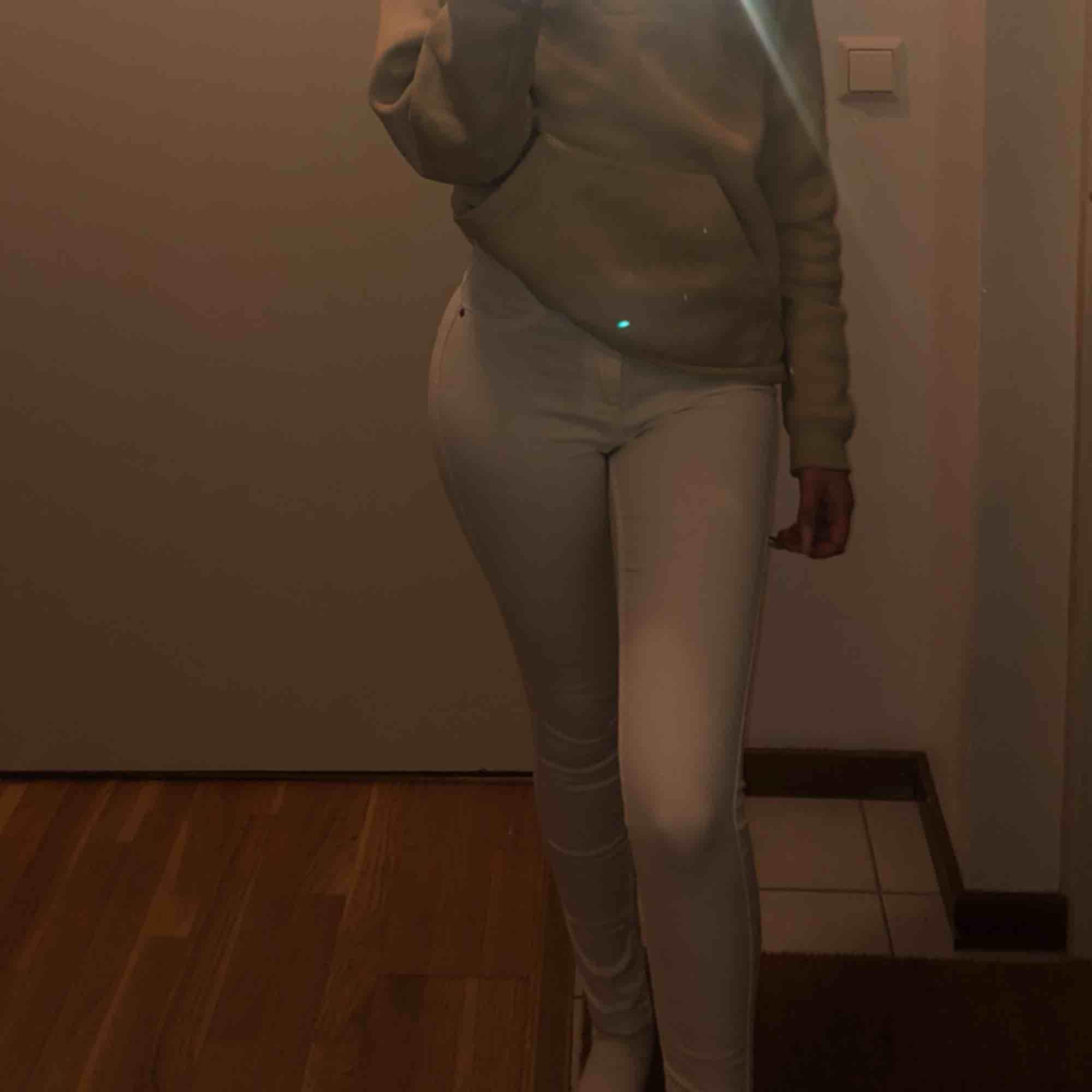 Vita snygga jeans i modellen Molly från Ginatricot, använda ett fåtal gånger kan mötas upp i Stockholm annars står köpare för frakt:). Jeans & Byxor.