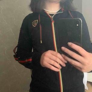 Hoodie från Gucci med luva!!  (Vet inte om den är äkta eller inte då jag fick den i present för ett tag sedan.)   Köparen står för frakt