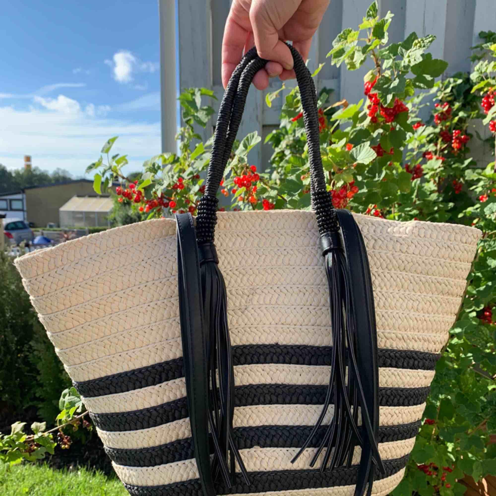 superfin strandväska i nyskick, inköpt på kappahl för 400kr förra sommaren. säljs pågrund av att jag köpt ny.   längd - 30cm  bredd - 20cm långa band - 35cm korta band - 20cm. Väskor.