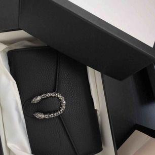 Näst intill oanvänd väska köpt förra året i Gucci butiken i Stockholm. Kvitto, dustbag och kartong medföljer.