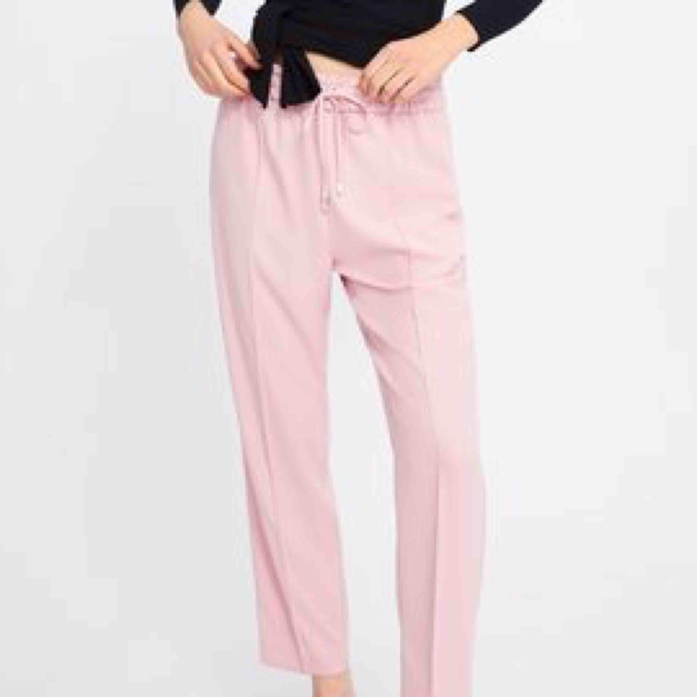Helt oanvända rosa byxor från Zara Basic Collection i storlek XS, men dom sitter som S. Köpte dom för 350kr. . Jeans & Byxor.