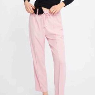 Helt oanvända rosa byxor från Zara Basic Collection i storlek XS, men dom sitter som S. Köpte dom för 350kr.