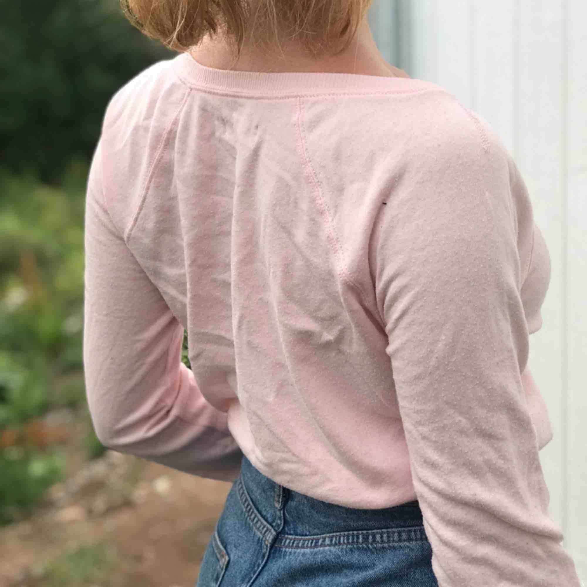 Rosa sweatshirt från Hollister med tryck. Tyvärr lite nopprig därav det lägre priset. . Tröjor & Koftor.