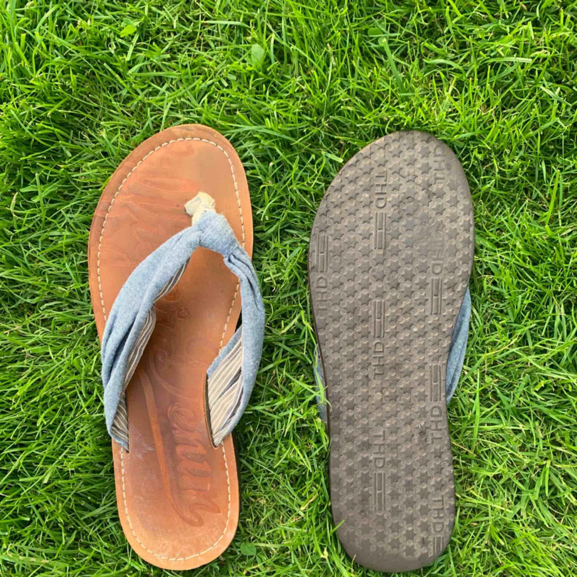 fina tommy hilfiger sandaler i använt skick, dock inga märkvärdiga slitningar. inköpa två år sedan på tommy butiken i Göteborg för 800kr. säljs pga används aldrig längre. i tyg och läder.. Skor.