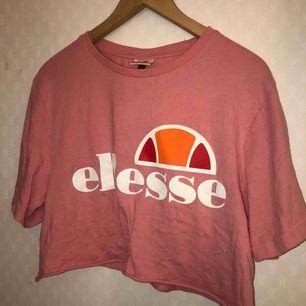Avklippt t-shirt från ellesse, köpt för 350kr. Använd 1 eller två gånger.